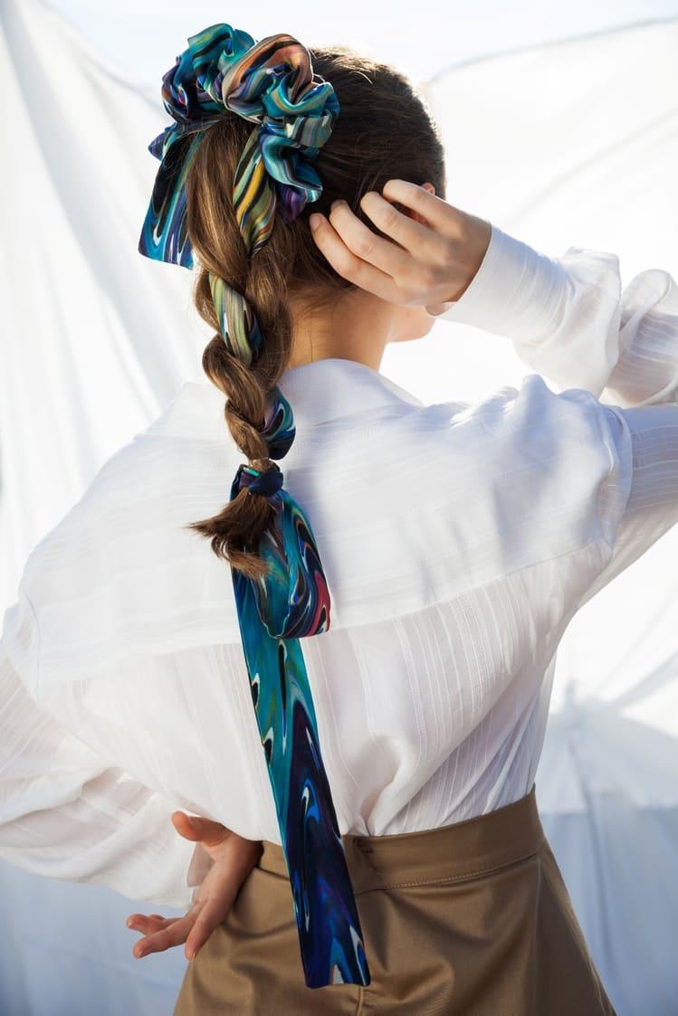 Kοπέλα φοράει πολύχρωμο μεταξωτό μαντήλι μαλλιών