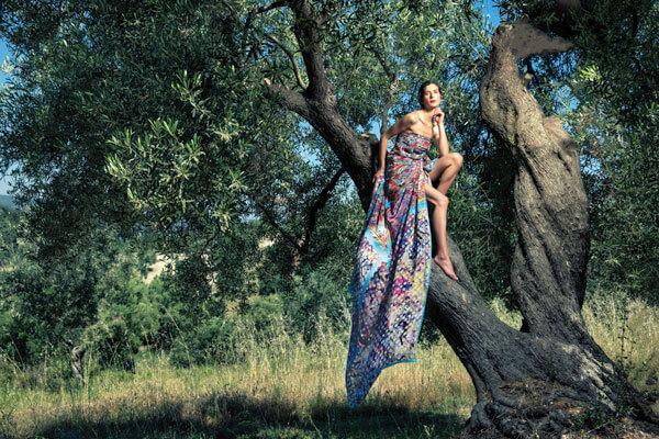 Γυναίκα με πολύχρωμο μεταξωτό μαντήλι
