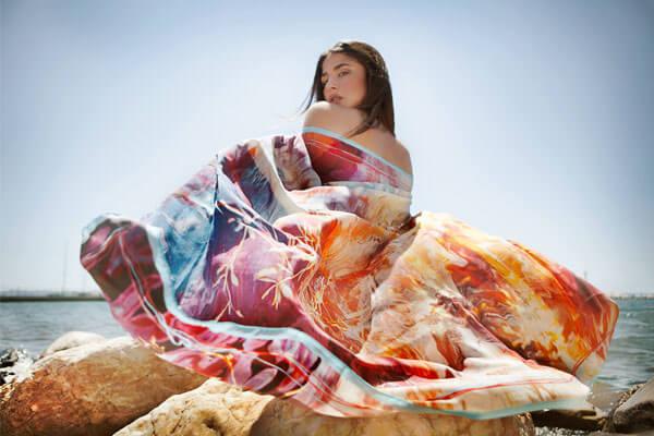 Γυναικα με πολύχρωμο καλοκαιρινό μαντήλι