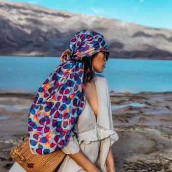 Balancing elegance with her bohemian spirit @frankvinyl wears the Petal scarf! • • • #betandmalfie#betandmalfiegirls#youwearitbetter#TheEndlessSelf#scarf#scarves#silkscarf#silkscarves#silk#longsilkscarf#squaresilkscarf#skinnysilkscarf#madeinEurope#sustainablefashion#ethicalfashion#womensfashion#art#fashion#design#style#travelling#welltravelled#shoponline#greekdesigners#greekinspired